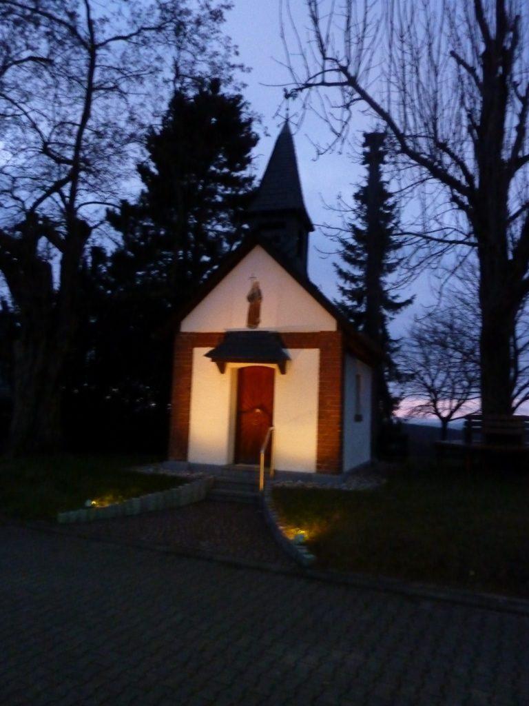 Kapelle in Dämmerung